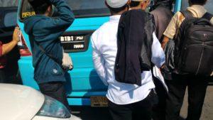 Peserta Aksi Damai 4/11 di Makassar Ramai-ramai Dorong Angkot Mogok