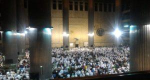Kaum muslimin sholat subuh berjama'ah memenuhi Masjid Istiqlal