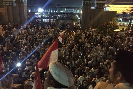 Ribuan Peserta Aksi Damai di Gedung MPR/DPR Bersama Para Tokoh Umat