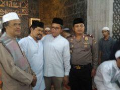 Usai salat jumat berjamaah di Masjid al-Markaz al-Islami Makassar, Walikota Makassar memberikan pengarahan seputar aksi bela al-Quran di depan peserta aksi dan jamaah masjid